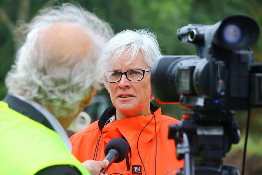 woorvoerder Diana Inkelaar voor camera