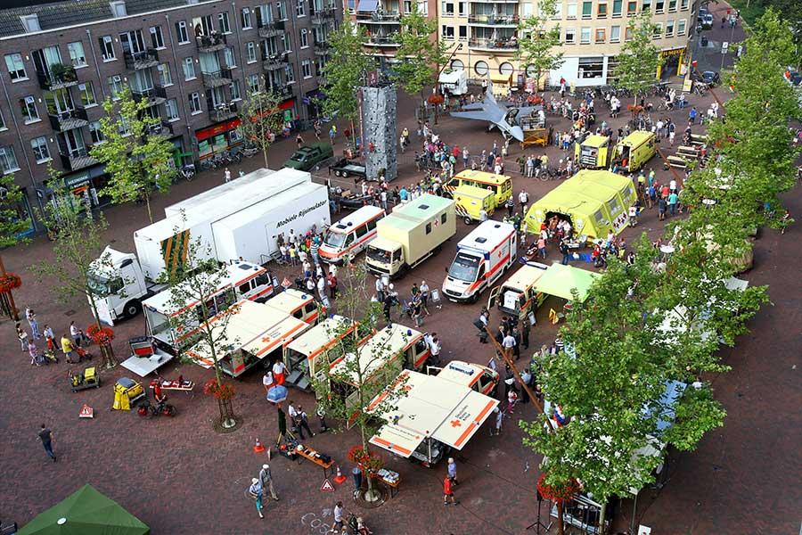 hulpverleningstands op marktplein Hardenberg