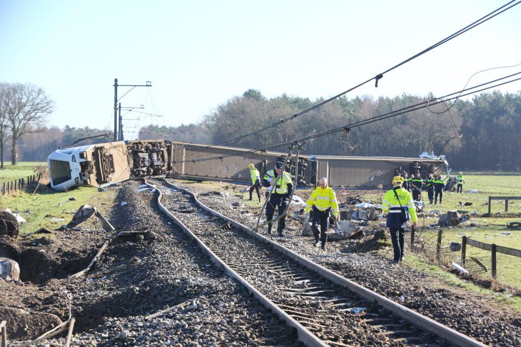 trein van rails met hulpverleners