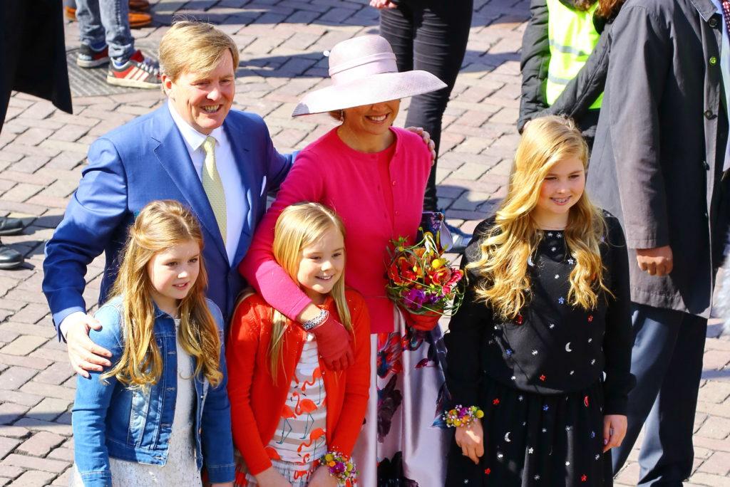 koning met koningin en hun drie kinderen