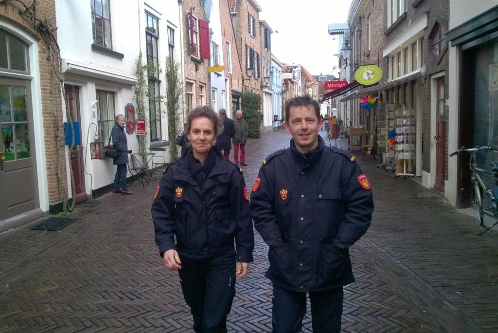 brandweerman en brandweervrouw in winkelstraat