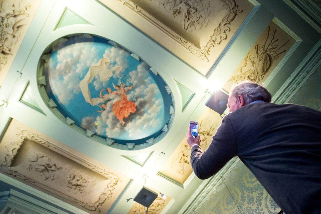 man fotografeert in museum Zwolle