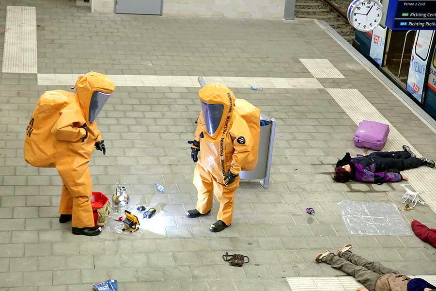 twee mensen in chemiepak