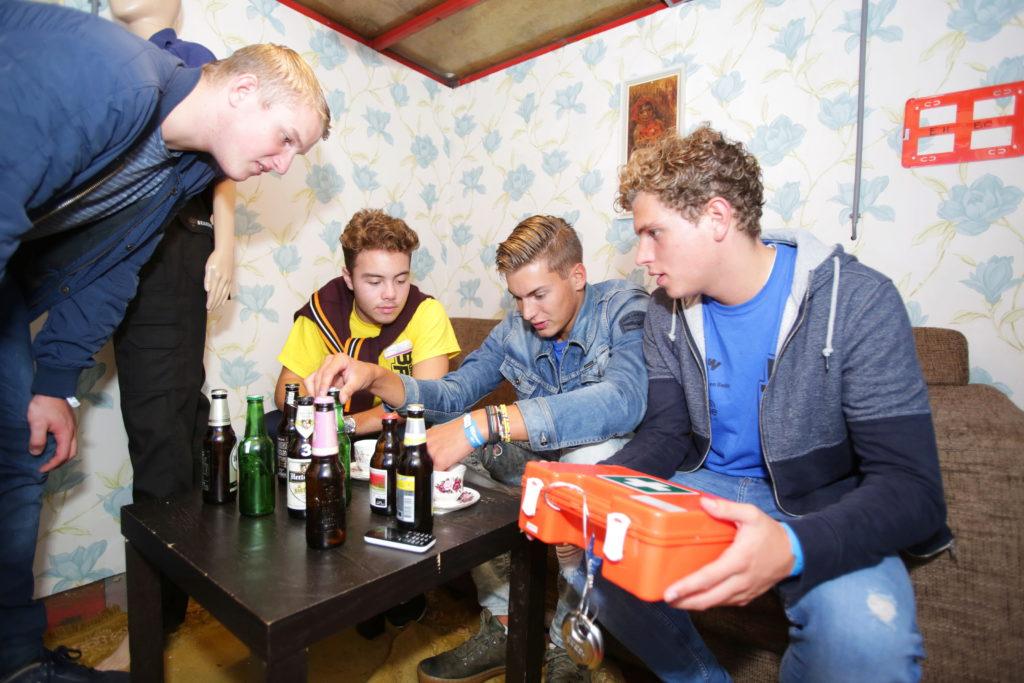 jongeren met bier en EHBO trommel