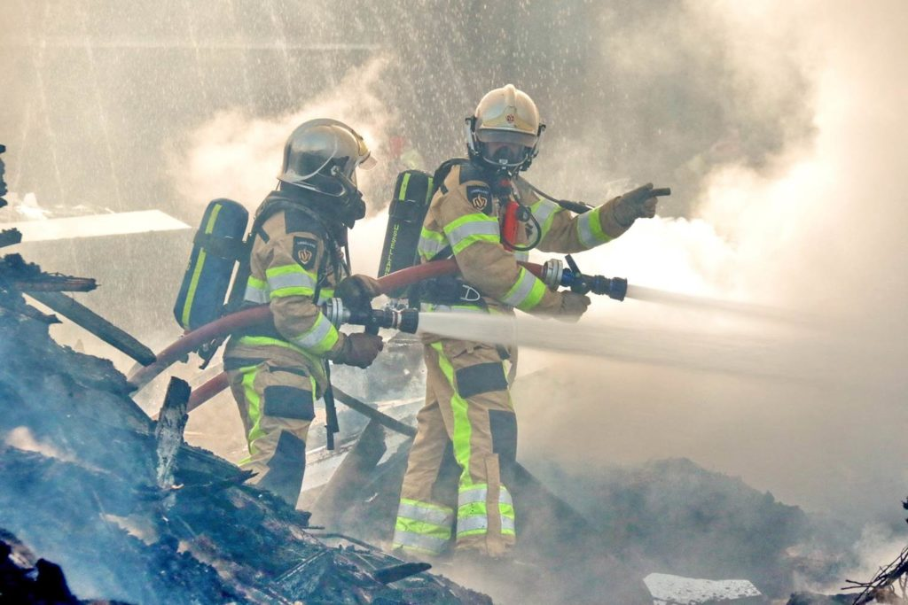 twee brandweermannen doen inzet