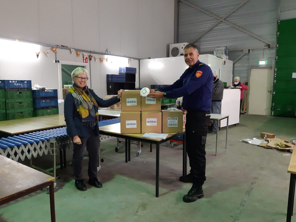 Overhandiging rookmelders aan Stichting Voedselbank Steenwijkerland